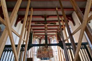 Kirche Kotzenbüll-Innen-mit-Stützbalken